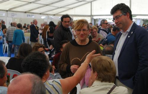 El alcalde, Javier Bas, con algunos de los vecinos y comensales que fueron a comer hoy a Redondela/Tresyuno Comunicación