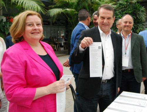 Abel Caballero y su mujer votaron, pasadas las 9 de la mañana en el Concello/Tresyuno Comunicación