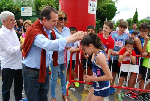 O alcalde entregou as medallas aos participantes, acompañado pola tenente de alcalde, Carmela Silva, e o concelleiro de Deporte/Tresyuno Comunicación