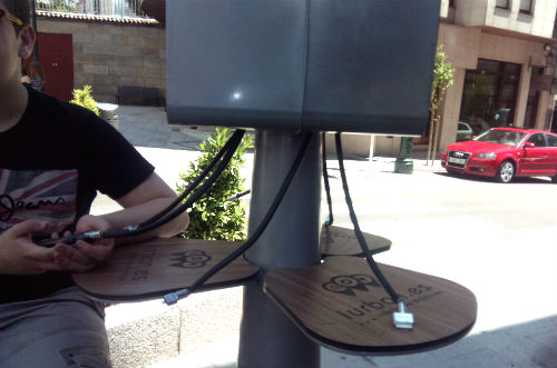Cargadoer de móviles en la rúa Gerona esquina con Alfonso X O Sabio/Tresyuno Comunicación