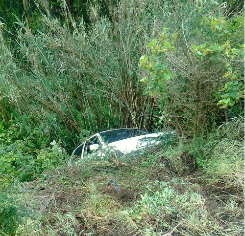 El coche cayó por un barranco de 15 metros/Foto: BOMBEROS DE PONTEAREAS
