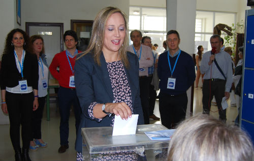 Elena Muñoz, cabeza de cartel del PP, votando en un instituto de O Castro/Tresyuno Comunicación