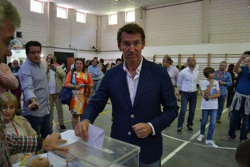 El presidente del Gobierno de Galicia, votando en el Colegio García Barbón/Tresyuno Comunciación
