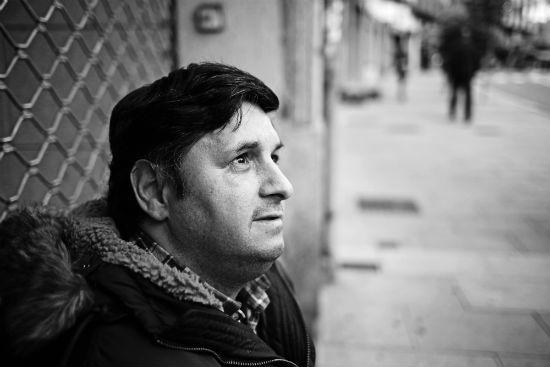 José Ramón, 45 años, se quedó sin trabajo hace más de dos. Padre de dos niñas, pide en Pizarro/Fotografía: Felipe Carnotto