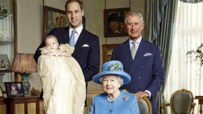 La reina y las tres personas que están detrás de ella en la línea de sucesión de la corona del Reino Unido