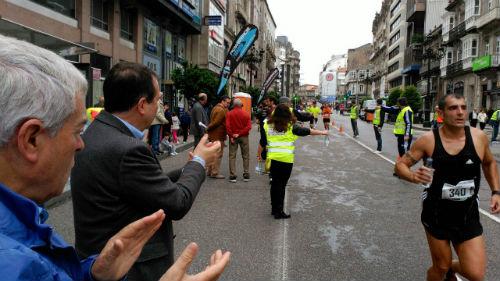 El alcalde animando a los participantes, entre ellos al vicepresidente del Gobierno de Galicia, Alfonso Rueda/Tresyuno Comunicación