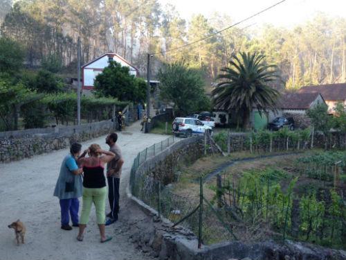 Vecinos de Valdefría fuera de sus casas