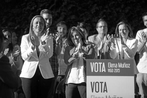 La viceprsidenta del Gobierno, Soraya Sáenz de Santamaría, con la candidata del PP, Elena Muñoz