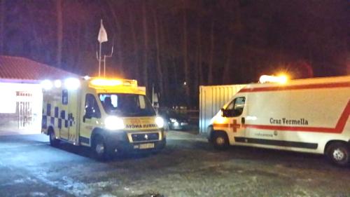 Una ambulancia del 061 traslada a un joven herido en una pelea, en Samil