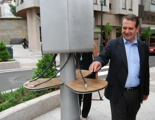 El alcalde, este martes en el dispositivo de carga de móviles, en la rúa Girona/Tresyuno Comunicación
