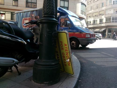 El cartel de desvío provisional, retirado en Alfonso X, esta mañana/Tresyuno Comunicación