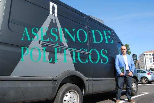 Fernando López de Oso, autor de la novela, este miércoles, en Vigo, junto a la furgoneta que promociona el libro/Tresyuno Comunicación