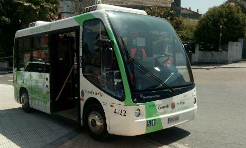 El bus eléctrico, este viernes, a la 1 de la tarde, delante del Concello/Tresyuno Comunicación