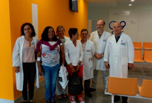Manuela y Susana, con el equipo de diálisis, este lunes, en el nuevo hospital/Tresyuno Comunicación