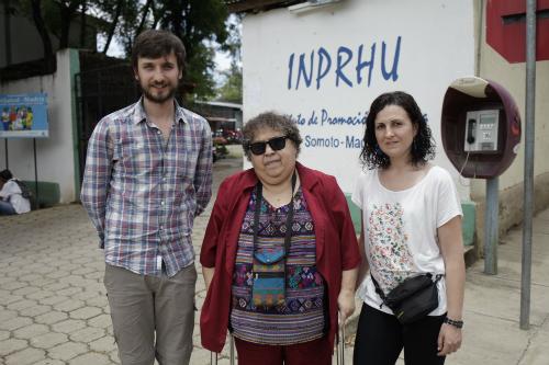 Felipe Carnotto e a técnica Andrea García, tamén viguesa, flanquean á directora do Inprhu-Somoto, Gladys Cáceres