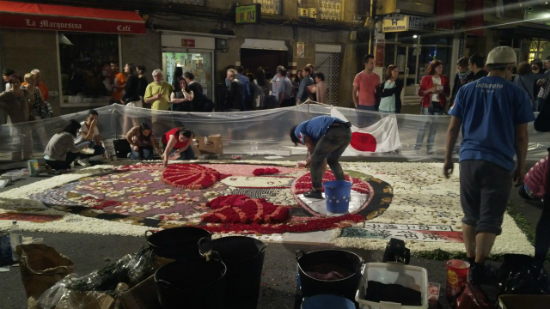 Miembros de una delegación procedente de Japón, que ha participado activamente en la fiesta con la elaboración de una alfombra de 24 metros cuadrados