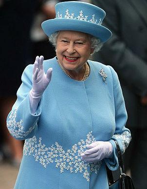 En el desmentido sobre la hospitalización de la reina no se desvela qué lleva en el bolso- se ha descartado la cartera con el DNI, la tarjeta del Carrefour y el tabaco con el mechero