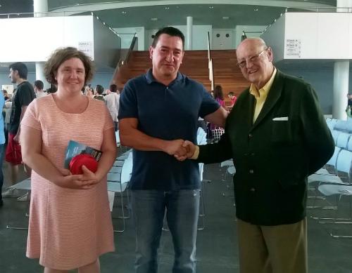 El representante del comedor social Vida Digna, Ricardo Misa, junto con el vicepresidente del Banco de Alimentos, Ernesto Badía Iturbe, y Norma, también integrante del Banco de Alimentos de Vigo