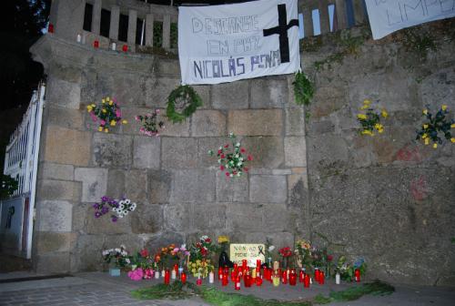'Altar' del velatorio, en la entrada principal del Nicolás Peña, por Camelias/Tresyuno Comunicación