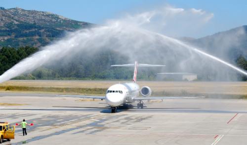 El avión recibe el tradicional 'bautizo' al llegar a la pista de Peinador/Tresyuno Comunicación