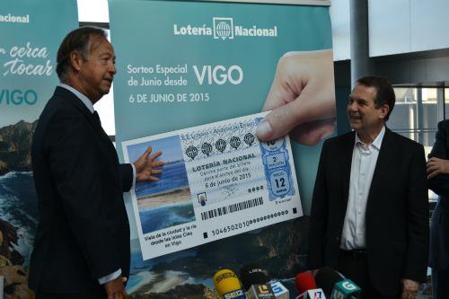 El alcalde, junto a uno de los responsables de Loterías, este miércoles en Vigo/Tresyuno Comunicación