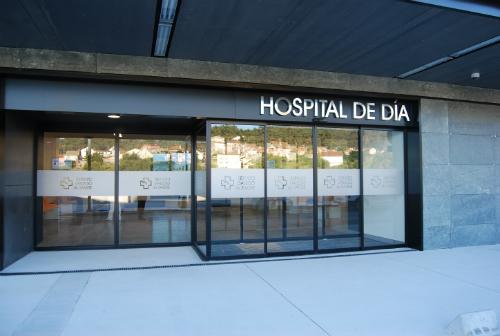 Entrada principal Hospital Álvaro Cunqueiro/Tresyuno Comiunicación
