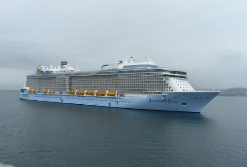 El Anthen of the Seas, uno de los cruceros más grades del mundo cuyos 6.300 pasajeros y tripulantes se han encontrado, este jueves, el Puerto de Vigo en estas condiciones