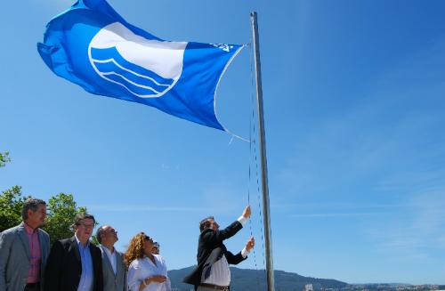 Izado de la Bandera azul en Argazada, este viernes/Tresyuno Comunicación