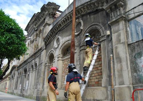 Los bomberos, comprobando la fachada de La Metalúrgica, este viernes pasadas las 5 de la tarde/Tresyuno Comunicación