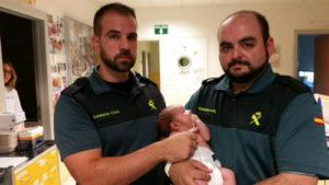 Andrés y Carlos, los dos agentes de la GUardia Civil, con el pequeño