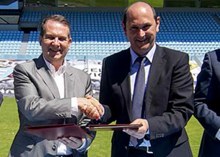 El alcalde, Abel Caballero, junto al presidente de la Diputación, Rafael Louzán, este miércoles en la firma del convenio en Balaídos