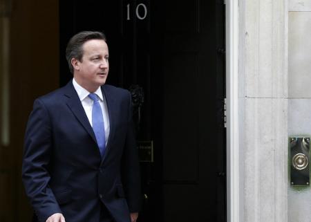El primer ministro Cameron saliendo del número 10 de Downing Street
