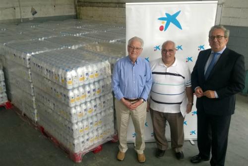 A la derecha, el director de área de negocio de CaixaBank en Vigo, José Manuel Escobar; en el lateral izquierdo, el secretario del Banco de Alimentos de Vigo, Rafael Fernández