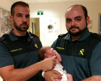 Los dos agentes que sacaron al bebé del contenedor