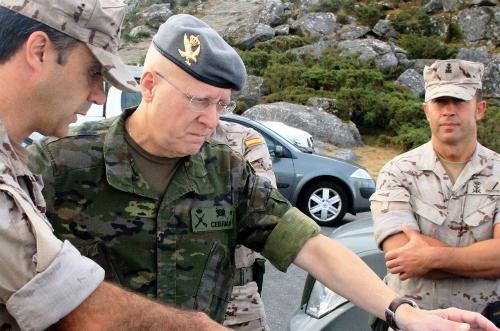 El General Jefe de la BRILAT, Luis Cebrián, durante su visita al dispositivo de Centinela Gallego