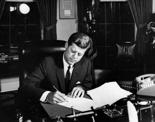 El presidente Kennedy firmando el bloqueo de Cuba en 1962