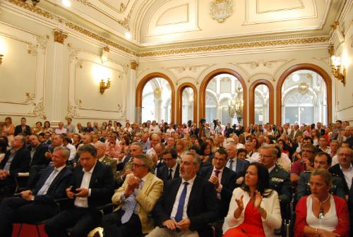 Público asistente al acto, entre el mismo, el vicepresidete del Gobierno de Galicia y los alcaldes de Vigo y Pontevedra/Tresyuno Comunicación