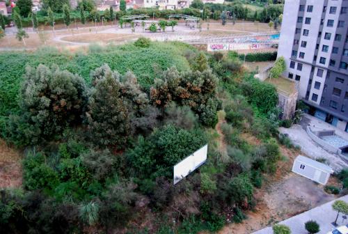 La caseta de obra, en la parcela en la que se construirá el nuevo centro comercial/Tresyuno Comunicación