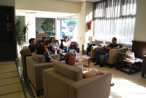 Parte de los empleados del Ensenada, dentro del hotel,del cual no pueden irse porque no es posible cerrar las puertas y temen que alguien pueda instalarse dentro si se marchan/Tresyuno Comunicación