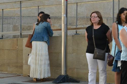 A concelleira de Igualdade, Xuventude e Normalización Linguística, Uxía Blanco, de costas, únco membro do Goberno local na concentración/Tresyuno Comunicación