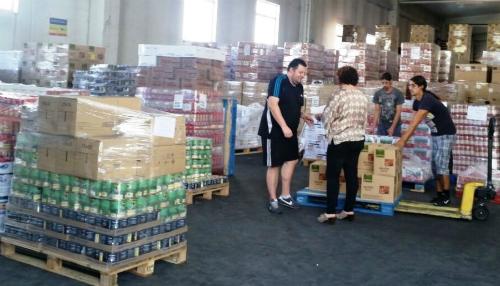 trabajo de almacenaje y distribución alimentos procedentes del FEAD (polígono O Rebullón)