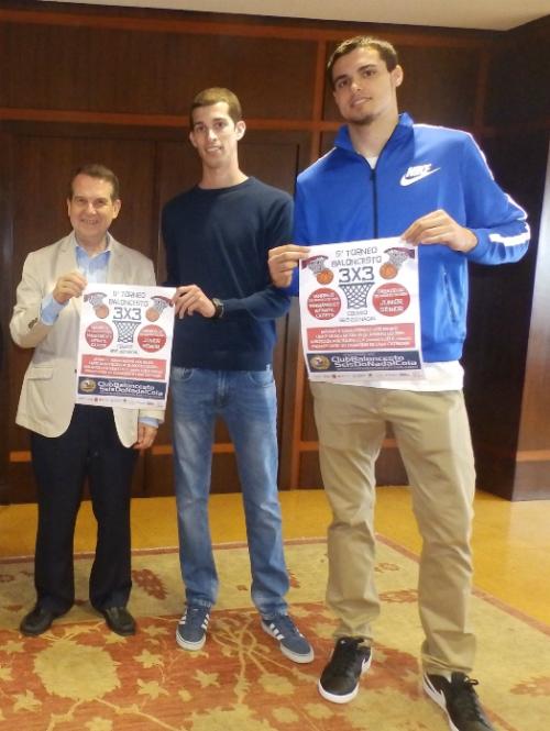 O alcalde con un dos xogadores participantes e co xogador do Joventut, o vigués Alberto Abalde. O alcalde é o de a esquerda