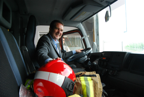 El alcalde subido en uno de los camiones de Bomberos del parque de Teis, esta mañana/Tresyuno Comunicación