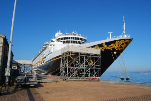 El barco no puede ser visitado por el público...y casi no puede ser fotografiado, dadas las 'barreras' puestas por el Puerto/Tresyuno Comunicación