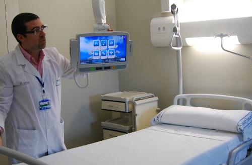 El doctor Ruibal, gerente del Área Metropolitana de Vigo, este lunes, en una de las habitaciones del nuevo hospital/Tresyuno Comunicación