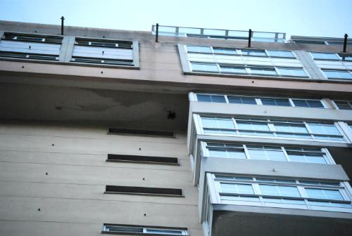 El nuevo panal en la fachada del edificio de la rúa Padre Seixas/Tresyuno Comunicación