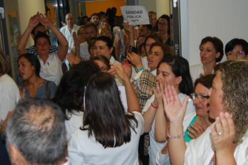 Personal del nuevo hospital protestando, este mi´`ercoles, duranmte la visita de la conselleira de Sanidade
