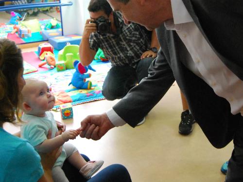 Un bebé de la escuela infantil de Tomás Alonso mira con curiosidad al alcalde/Tresyuno Comunicación