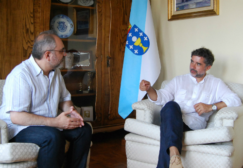 O doutor Manuel Moreira e o alcalde, Xosé Manuel Rodríguez Méndez, no despacho da Alcaldía, este luns