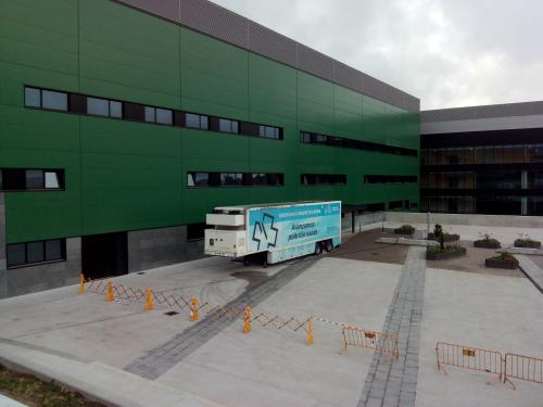 EL camión donde se hacen las resonancias en el nuevo hospital